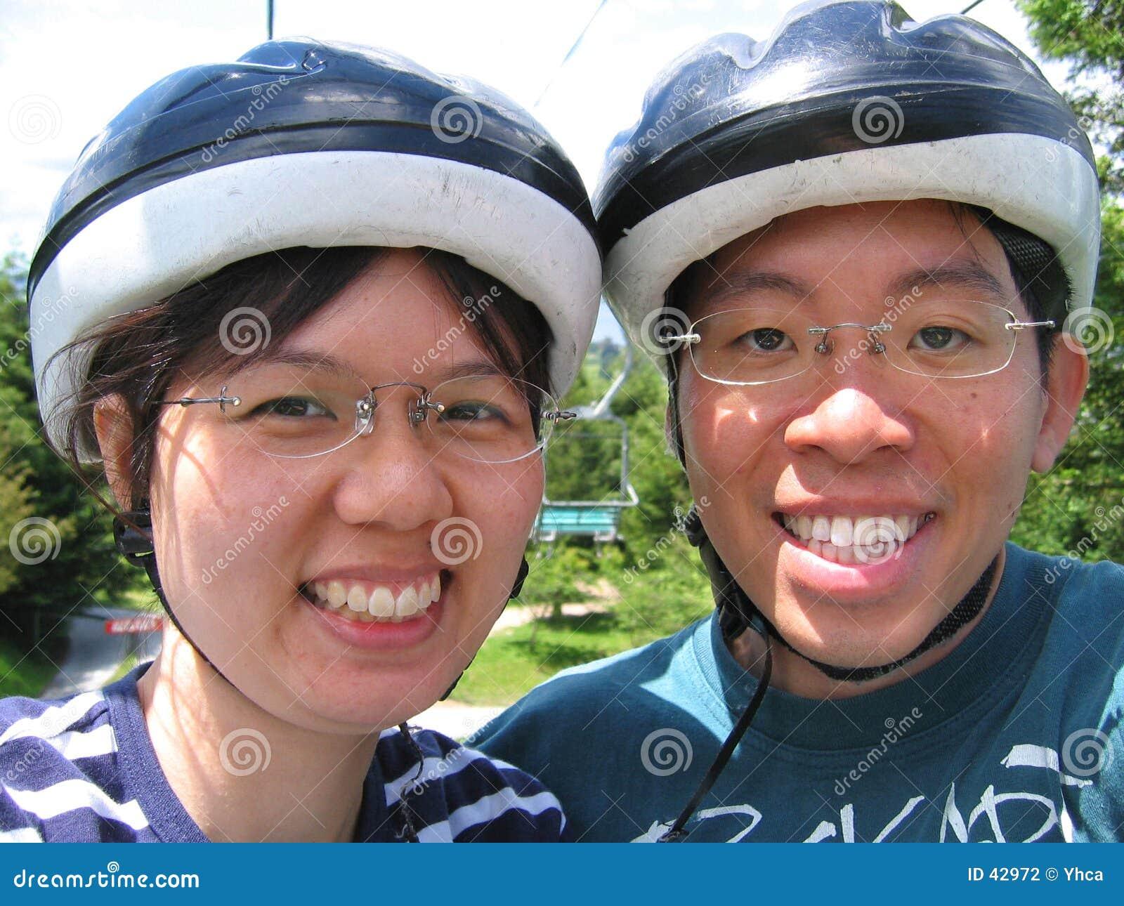 Junge Paare mit Sturzhelmen
