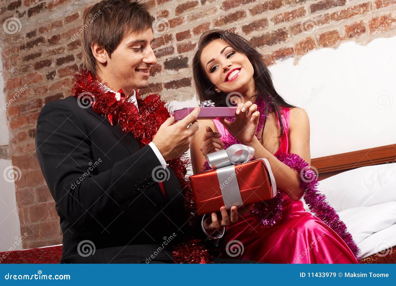 Junge Paare, Welche Die Geschenke Austauschen Geschenke Austauschen ...