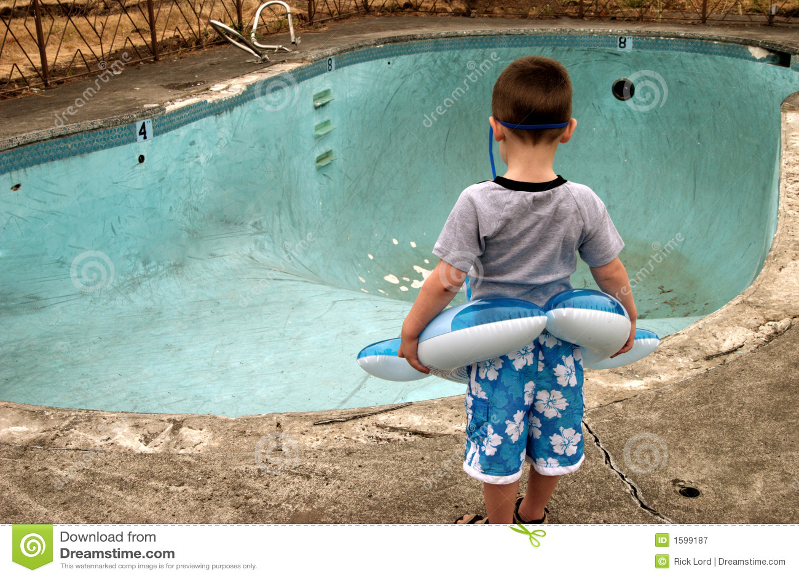 Junge am Pool