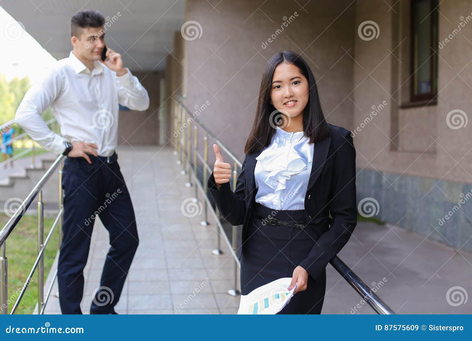 Junge reizend asiatische Geschäftsfrau, weiblicher Porträtblick auf Nocken