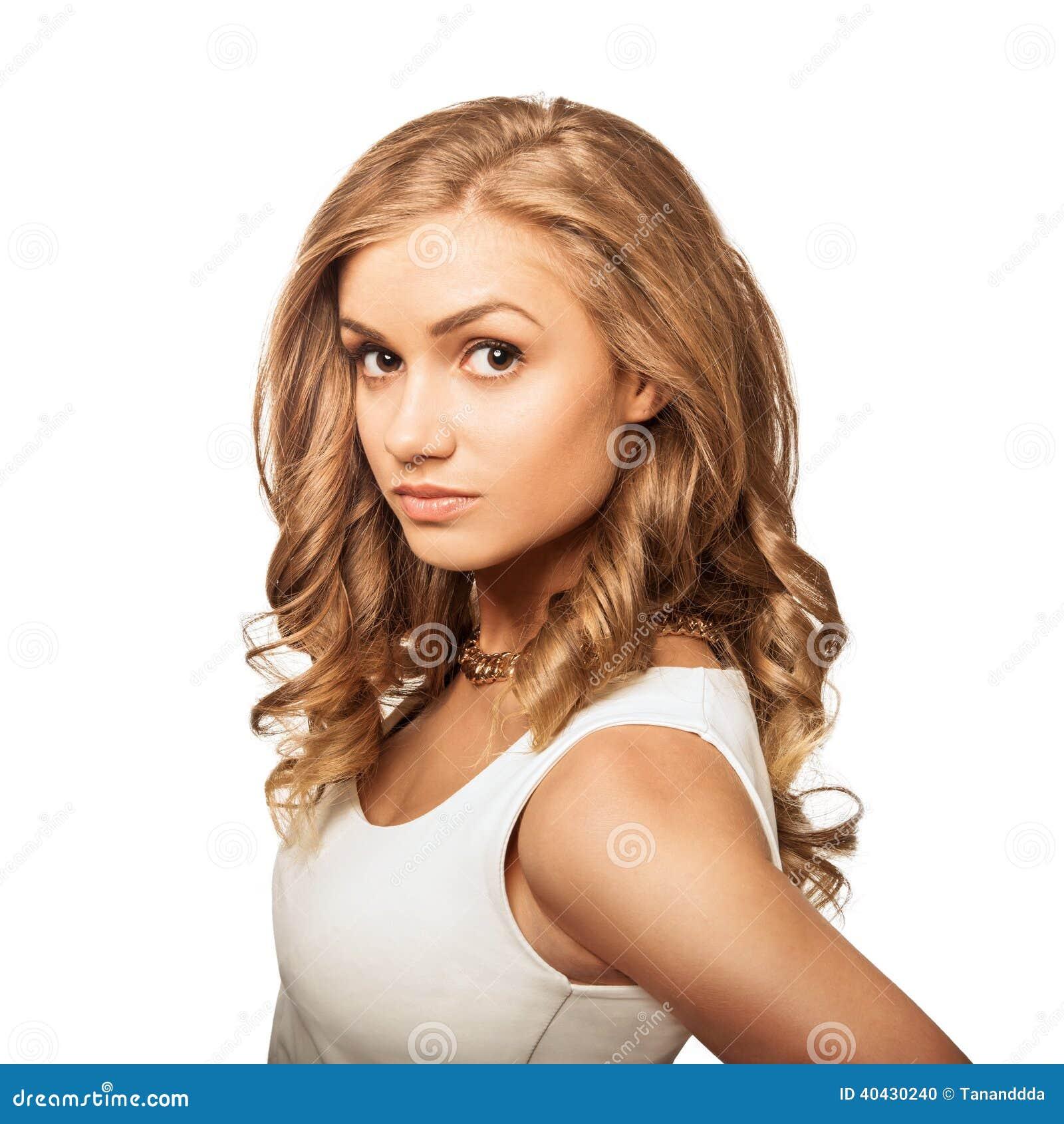 Junge reizende Blondine des Porträts mit braunen Augen