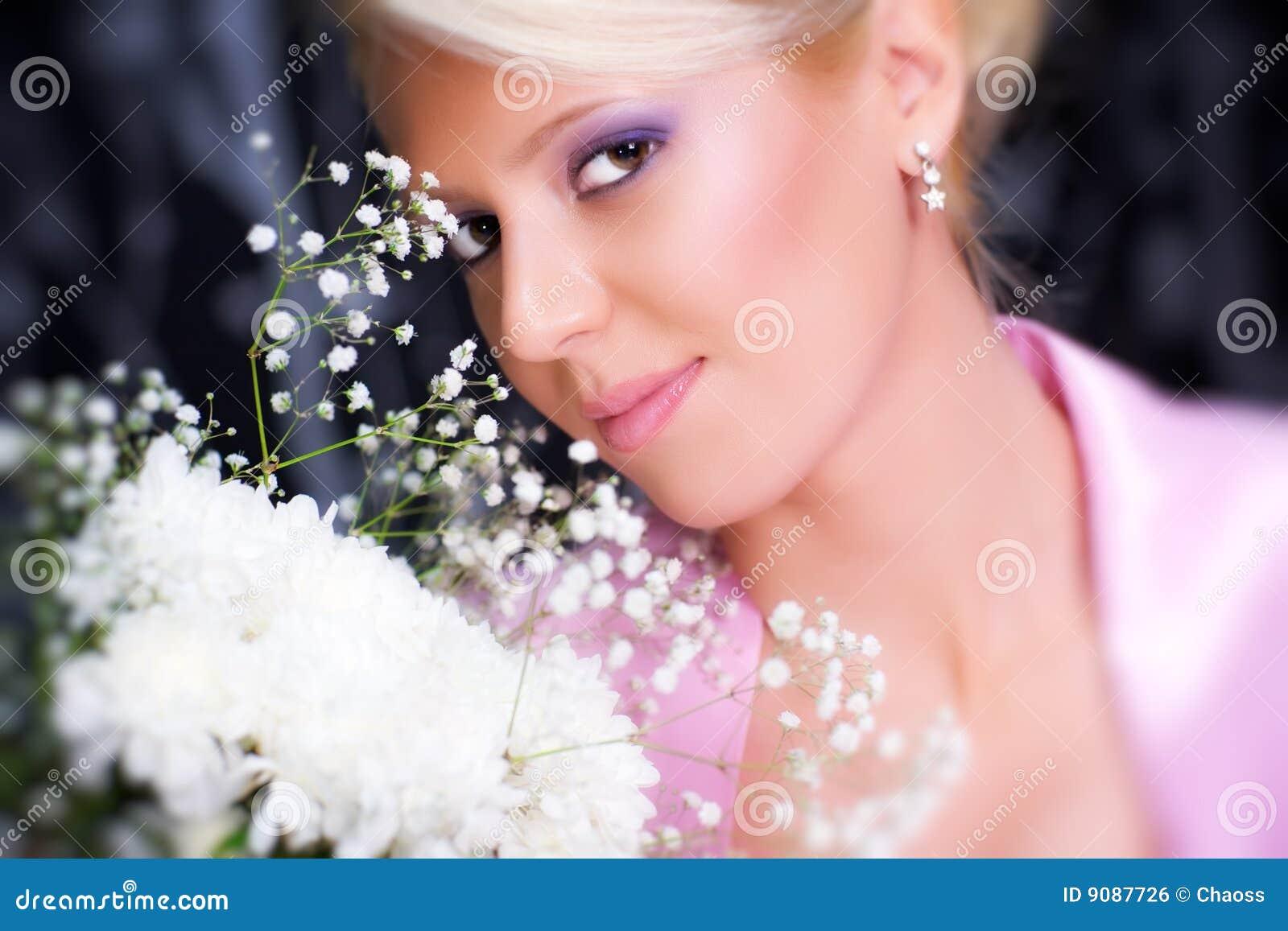 Junge romantische Frau mit Blumenportrait
