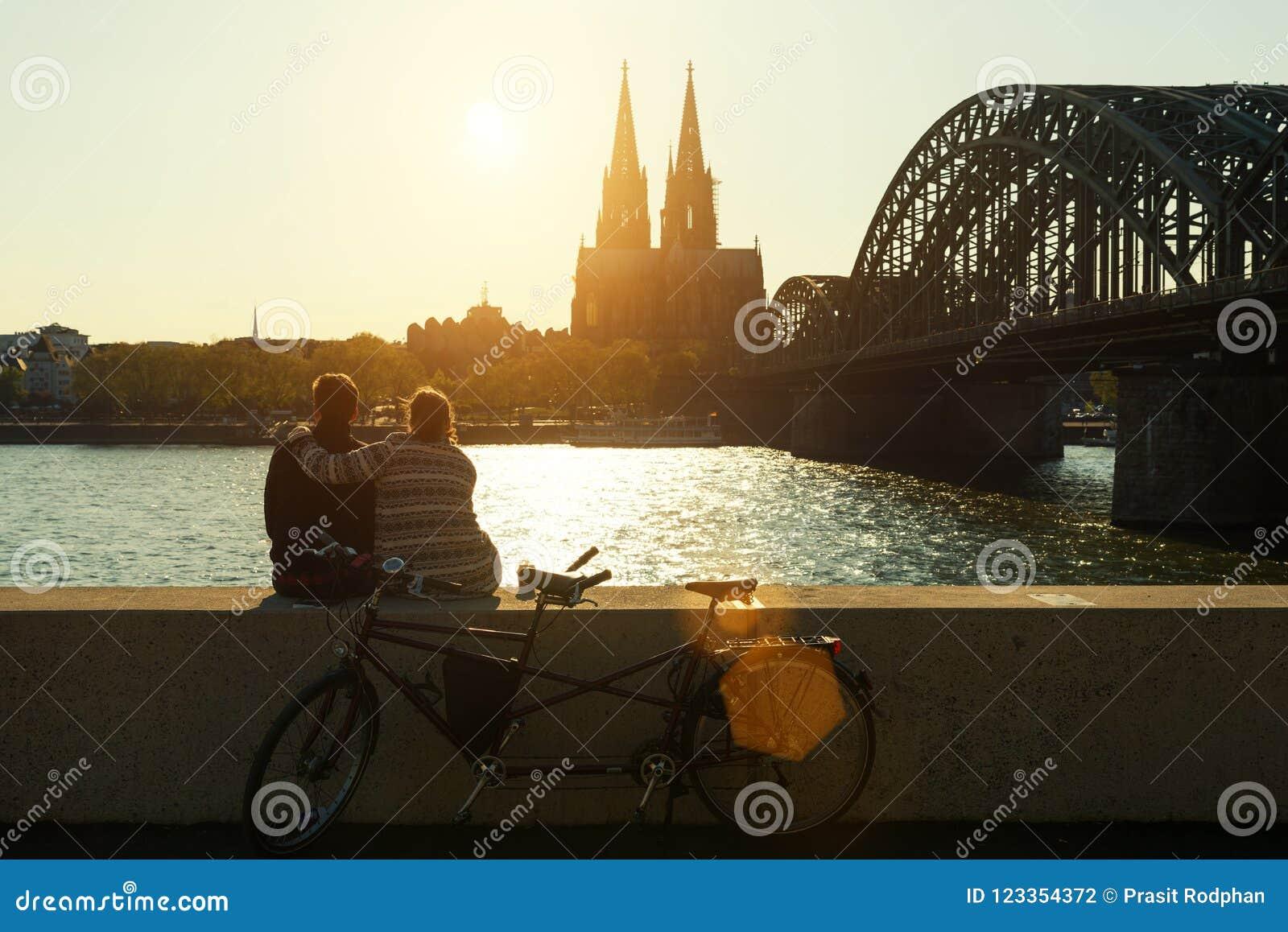 Junge romantische Paare, die ihre Ferien in Köln, deutsch verbringen
