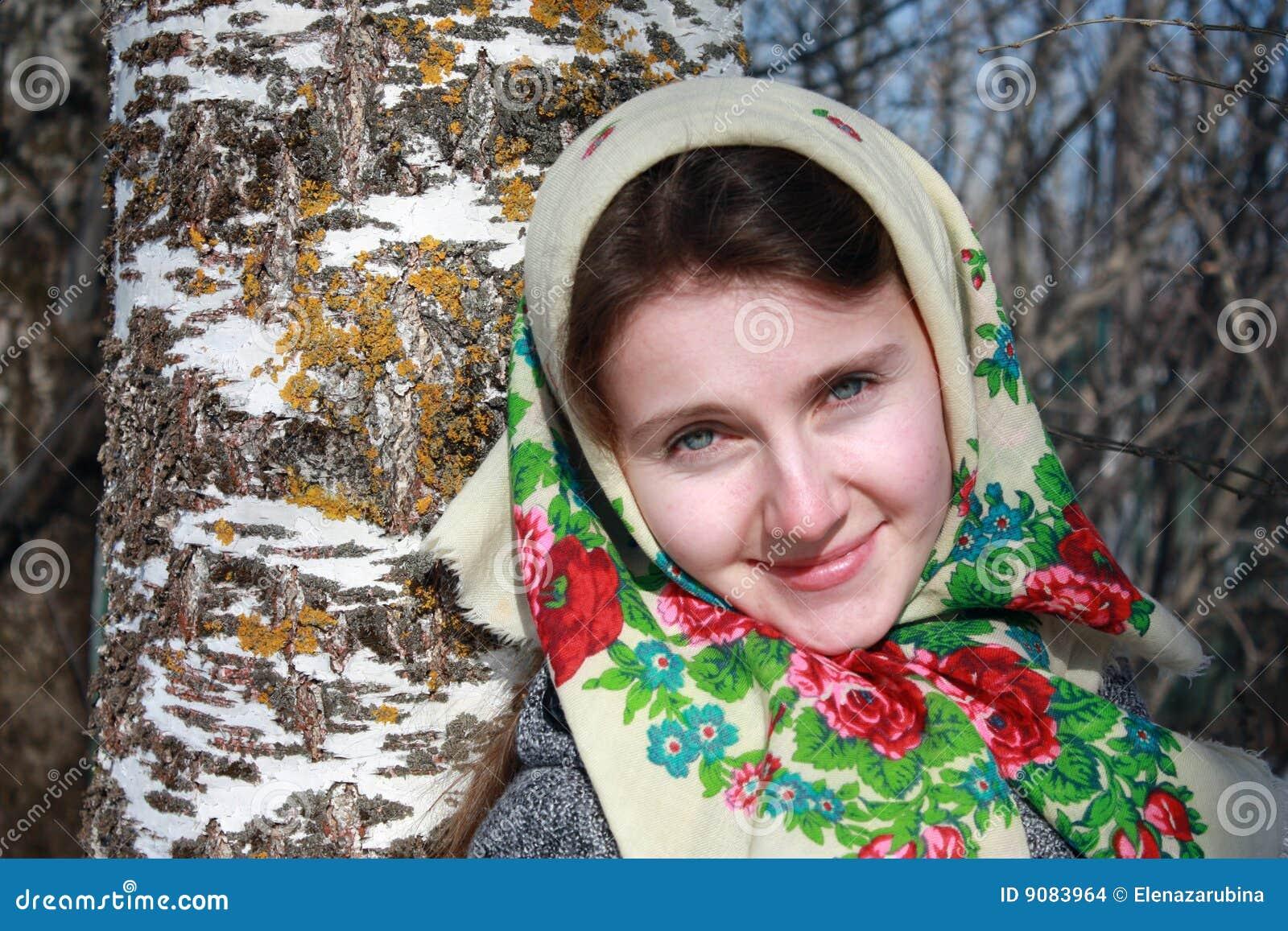 Junge russische Frau in einem Schal