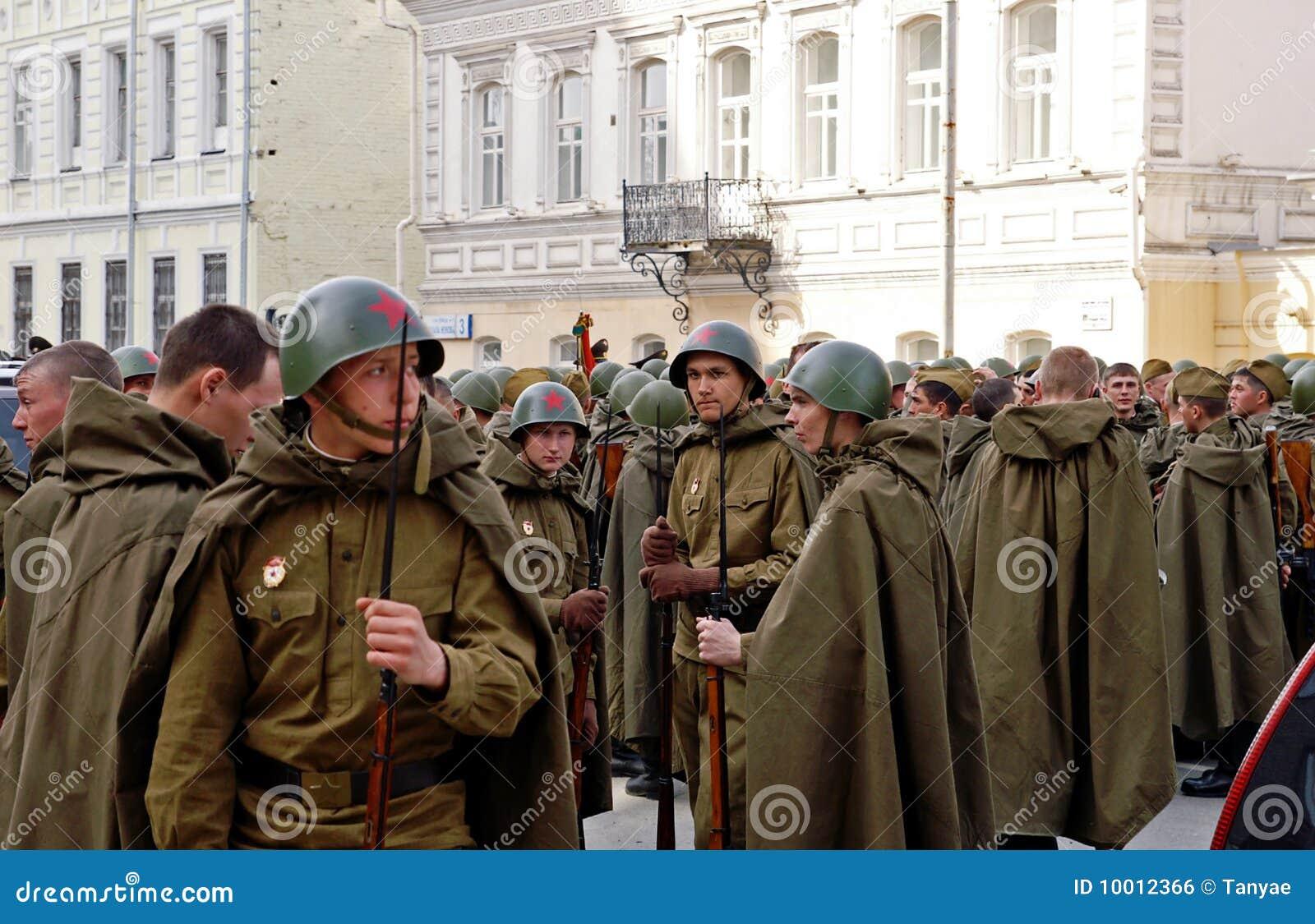 Junge russische Soldaten in der Weltkrieguniform