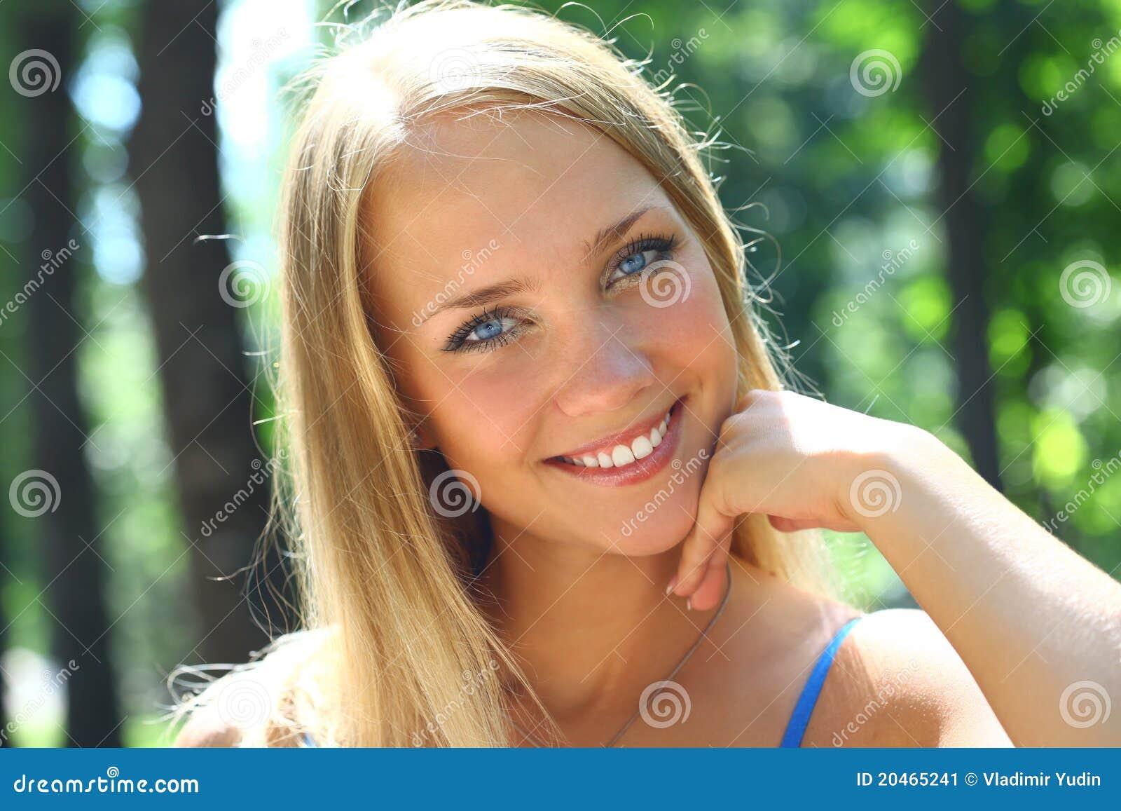 junge sch ne blonde frau mit dem langen haar stockbild bild von baum wei 20465241. Black Bedroom Furniture Sets. Home Design Ideas