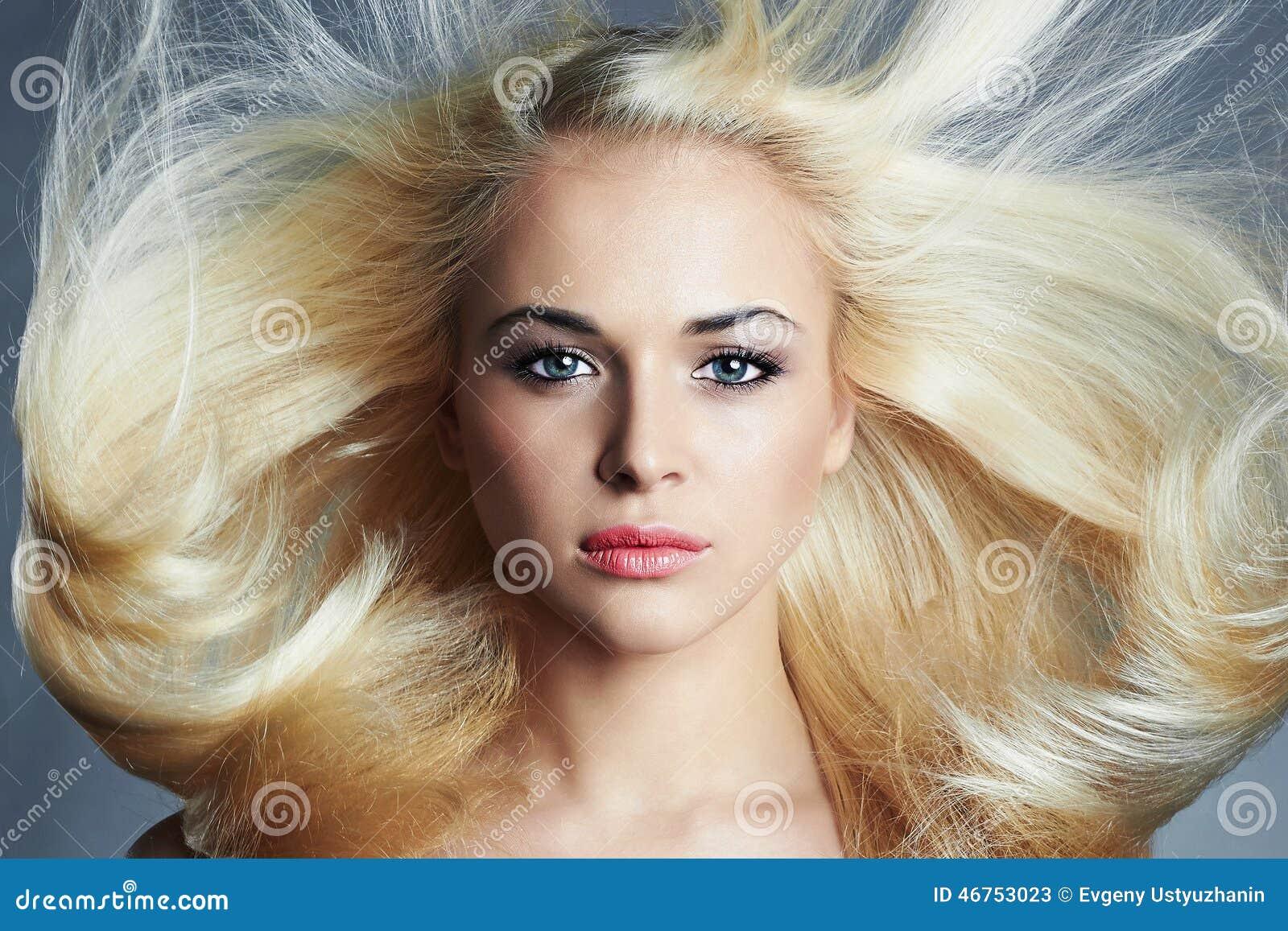 Junge schöne blonde Frau mit dem langen Haar Hübsches Mädchen Schönheitssalonhaarpflege