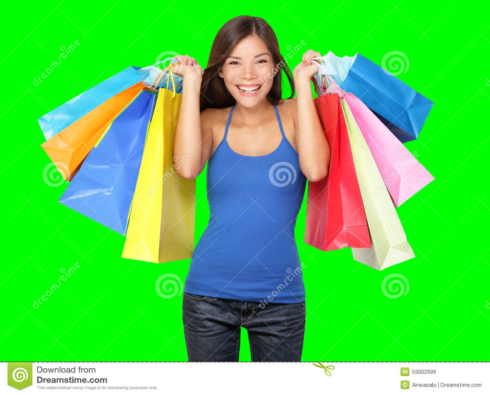 Junge schöne Einkaufenfrau während des Verkaufs, der viele bunten Einkaufenbeutel getrennt auf weißem Hintergrund im Studio anhäl