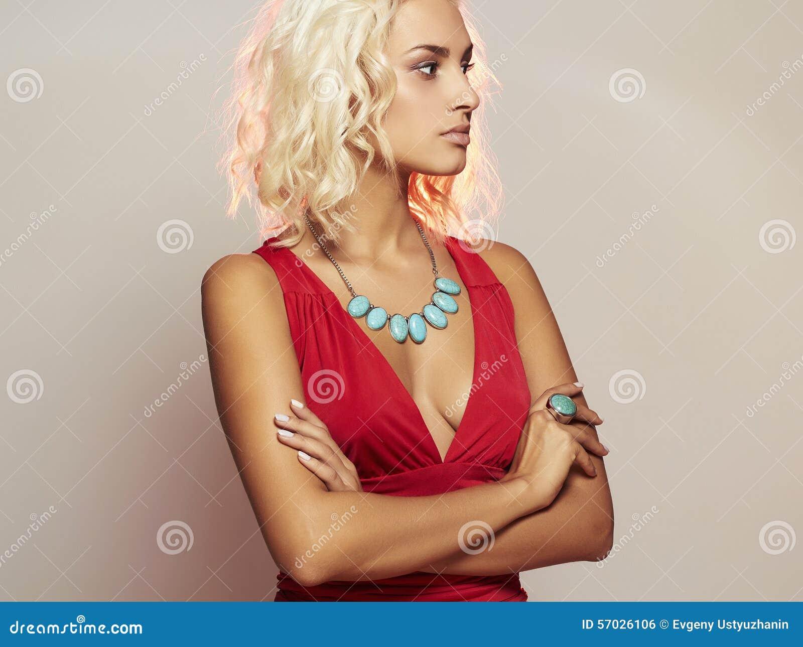 Vollbusiges Blondes Girl Zeigt Titten