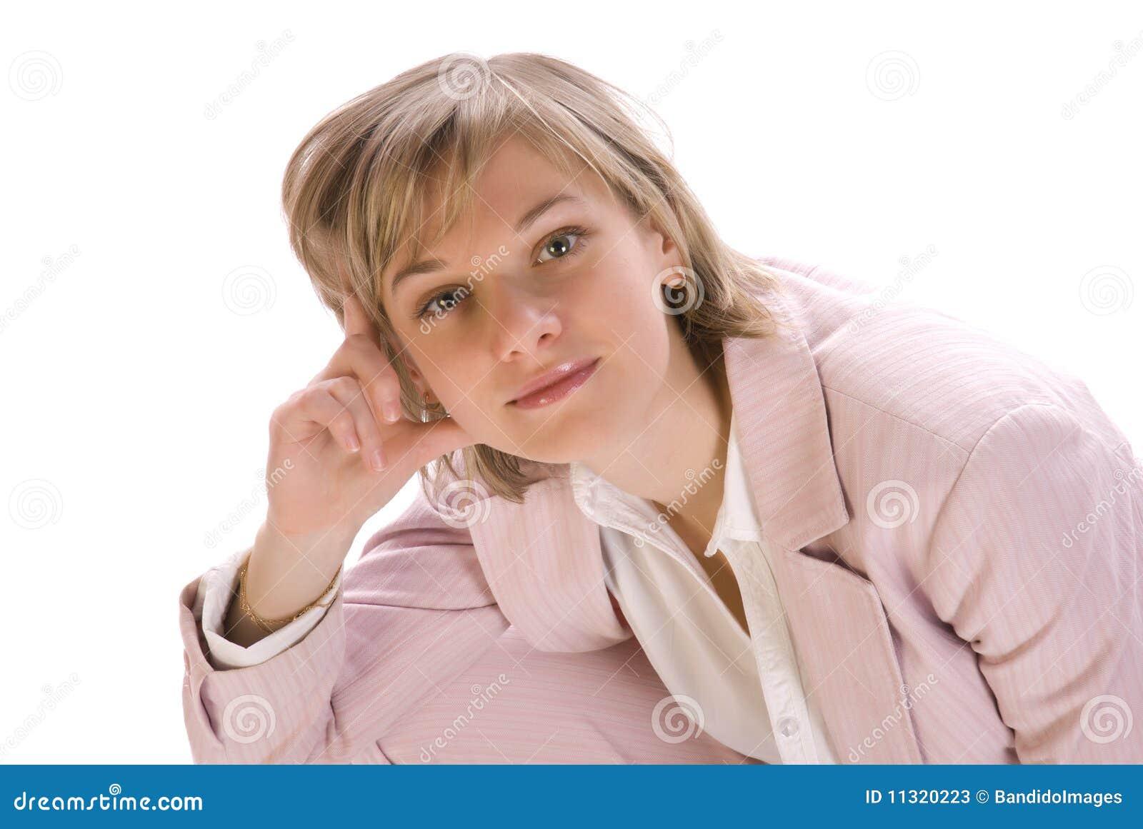 Junge schöne Frau, die ernsthaft schaut