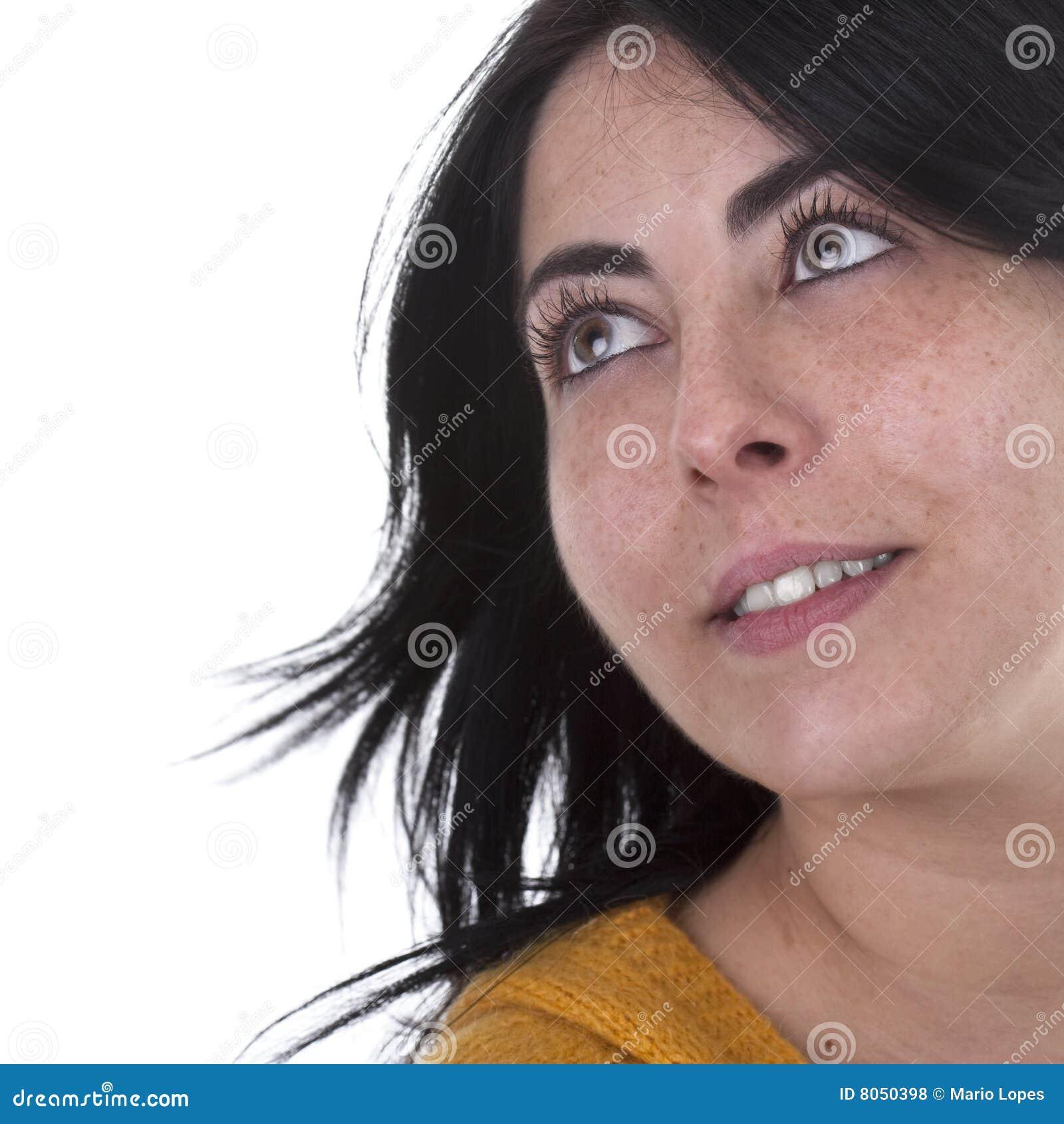 Junge schöne Frau, die oben schaut