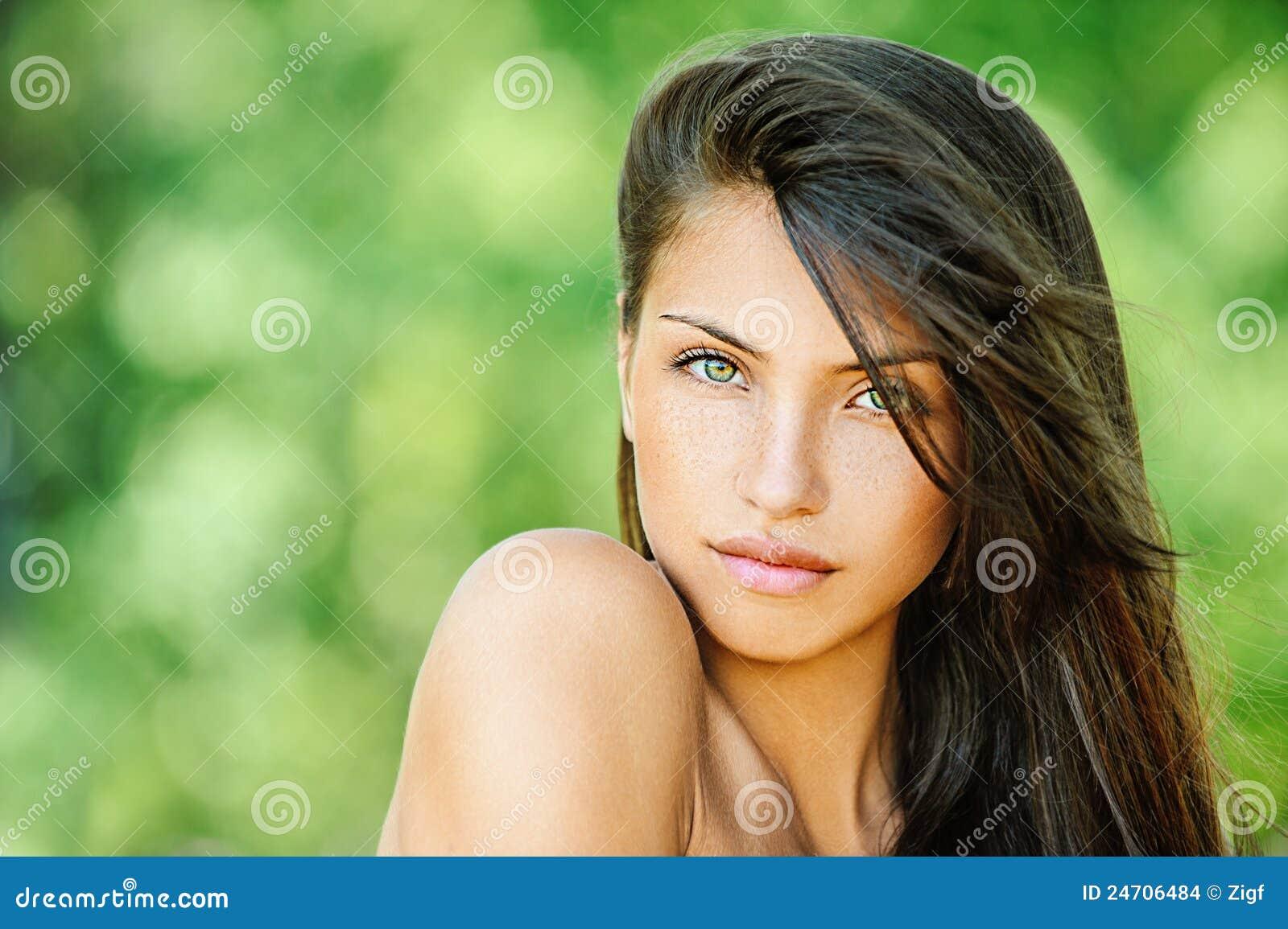 6bd04769b88c Junge Schöne Frau Mit Bloßem Stockfoto - Bild von grün, nett  24706484
