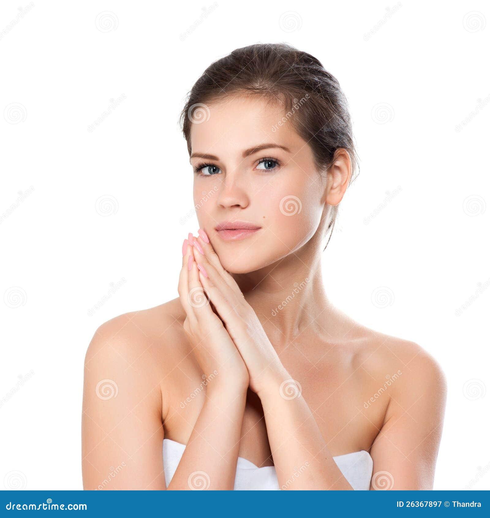 Junge schöne Frau mit gesunder Haut