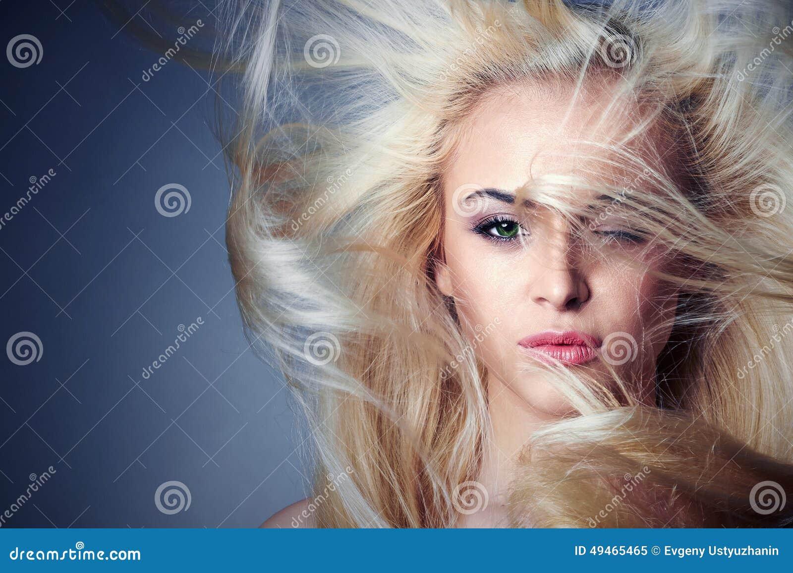 Junge schöne Frau Reizvolles blondes Mädchen Polnisch der Nägel mit dem nailfile haircare