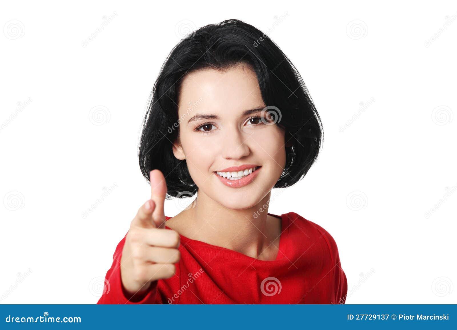 Junge schöne kaukasische Frau, die auf Sie zeigt