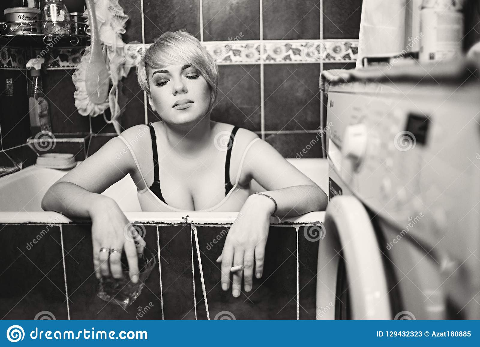 Junge schöne kaukasische Frau im Bad