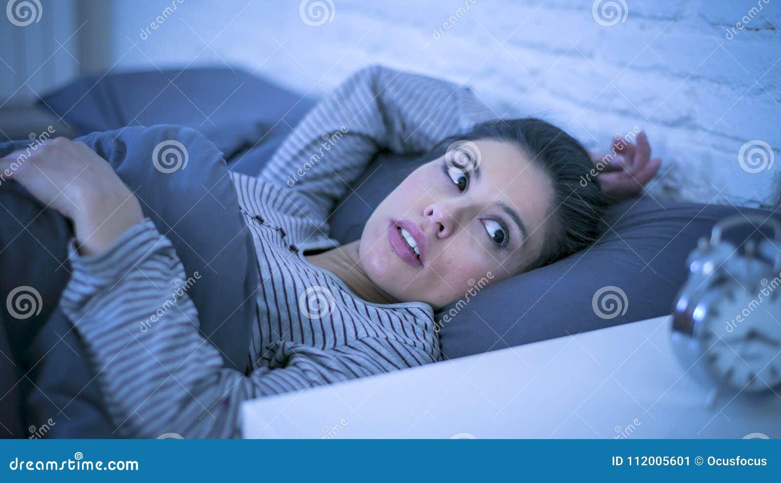 Junge schöne leidende Schlaflosigkeit der traurigen und besorgten lateinischen Frau und Problem der schlafenden Störung unfähig,