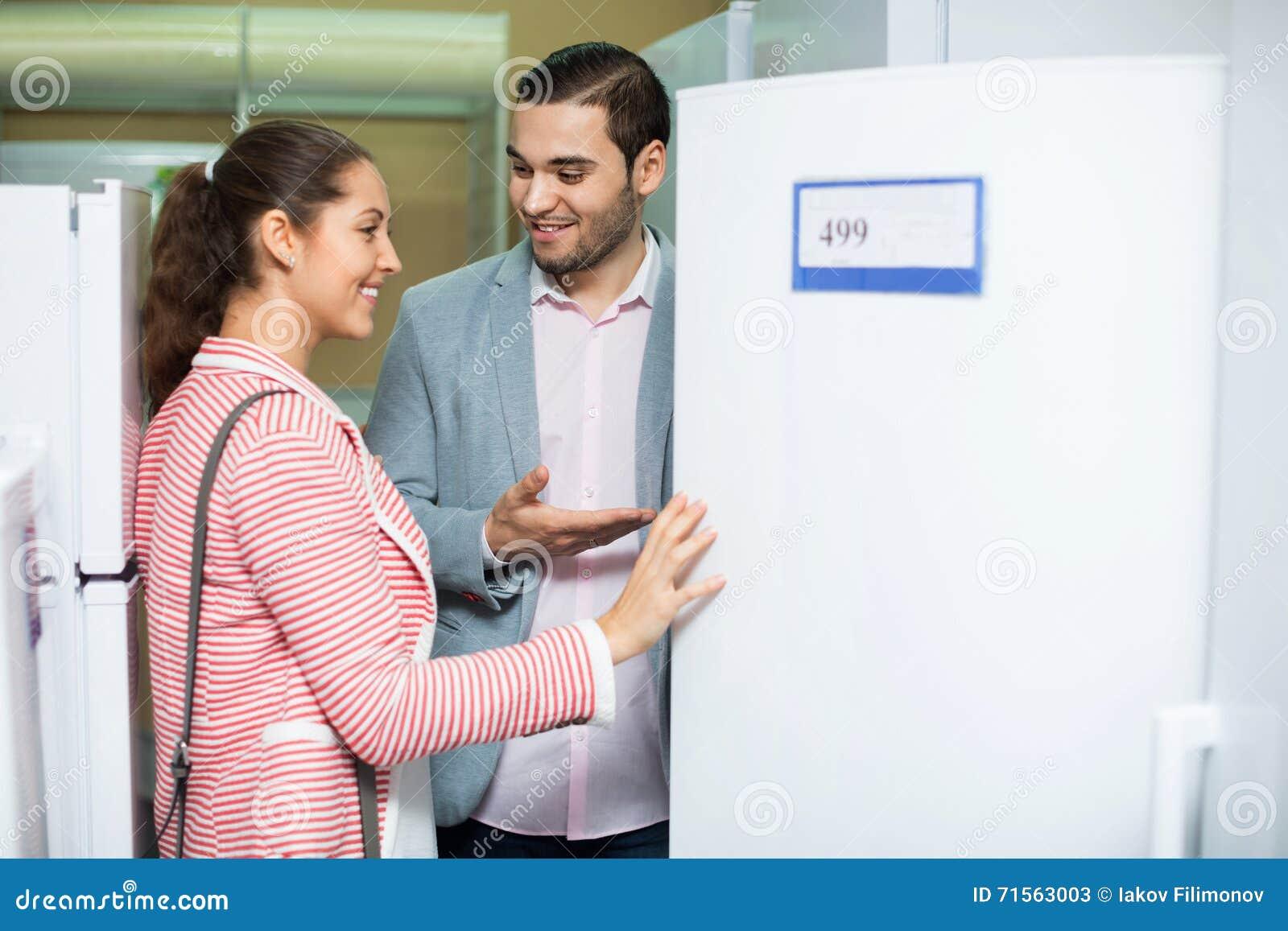 Junge Schöne Paare, Die Große Kühlschränke Betrachten Stockbild ...