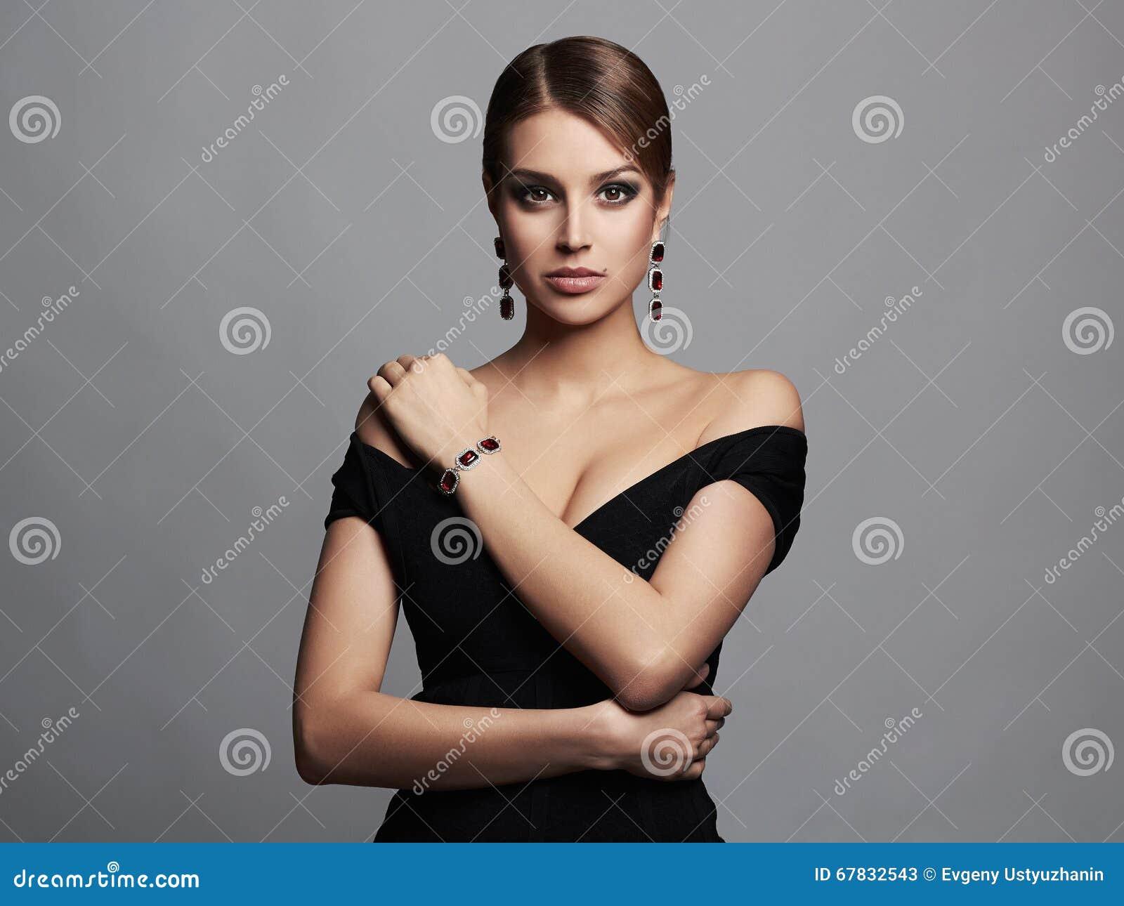 Welchen schmuck zum schwarzen kleid