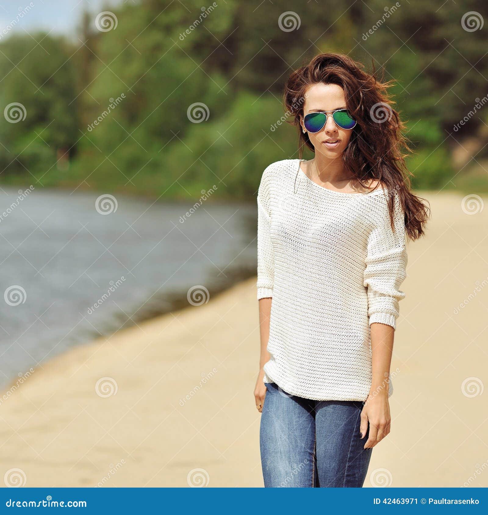 Junge Schönheit in der Sonnenbrille am sonnigen Tag