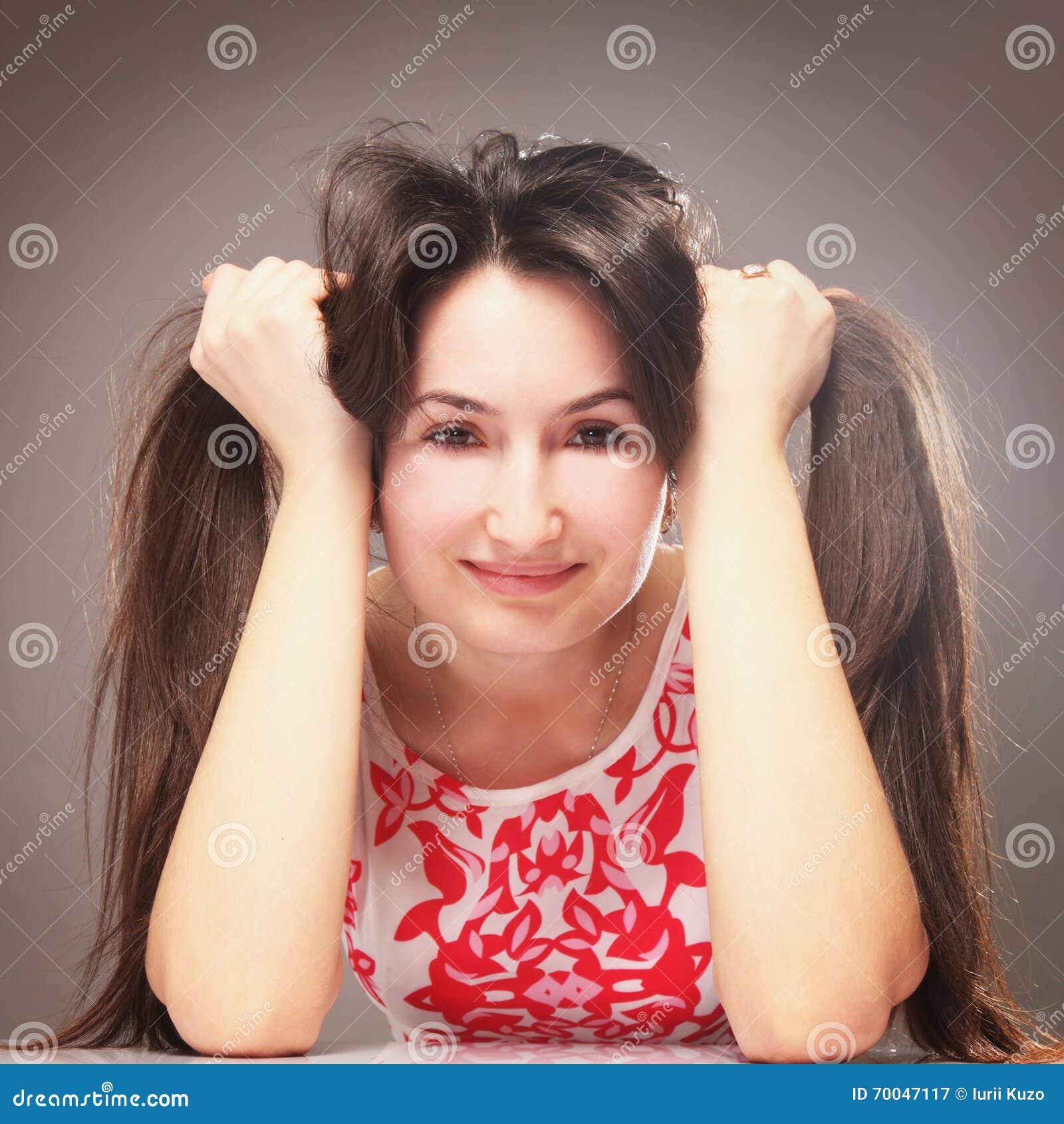 Junge Schönheit Die Frisur Sich Macht Stockbild Bild Von Gesicht