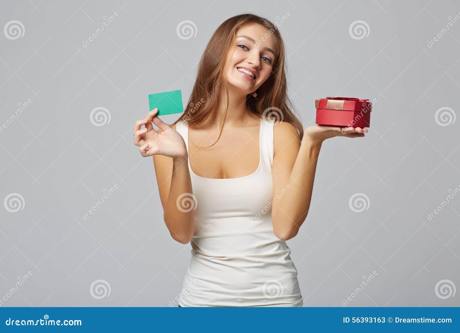 Junge Schönheit, die kleinen roten Kasten und Kreditkarte, an hält