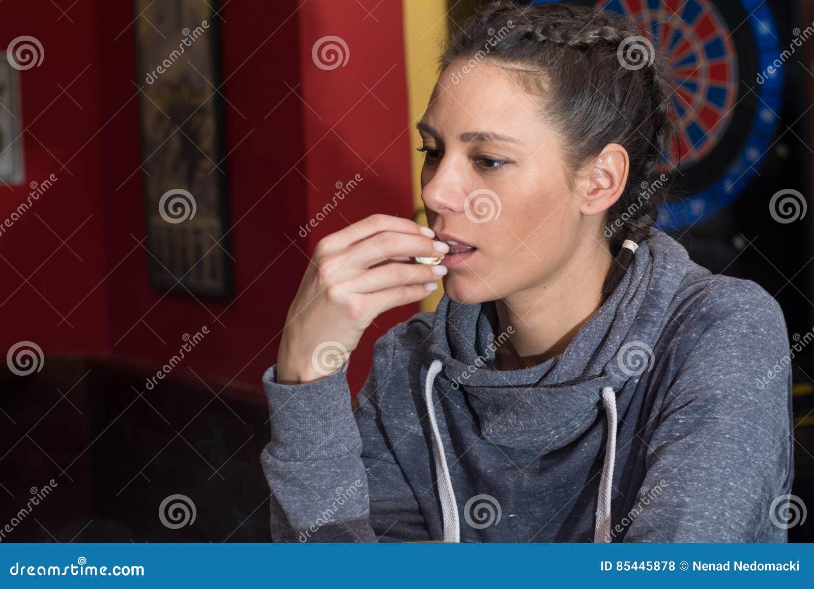 Junge Schönheit, die Popcorn isst