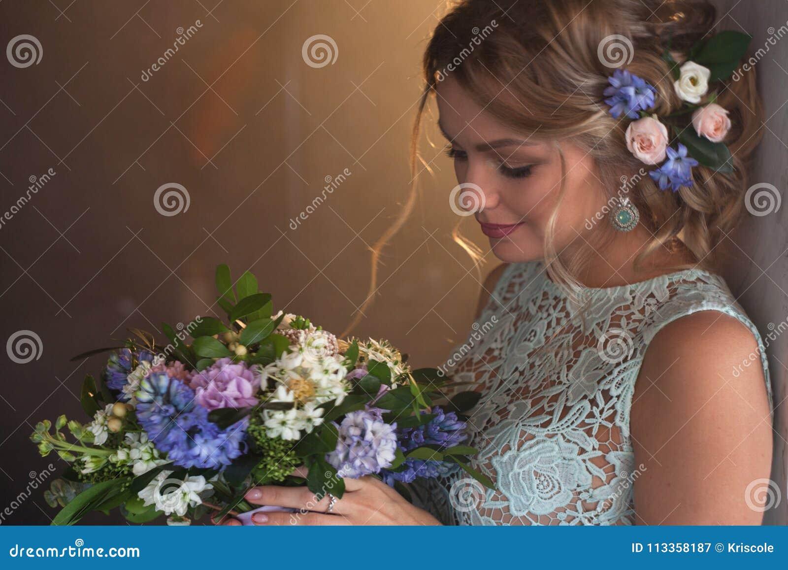 Junge Schonheit Im Hochzeitskleid Mit Blumenstrauss Von Blumen