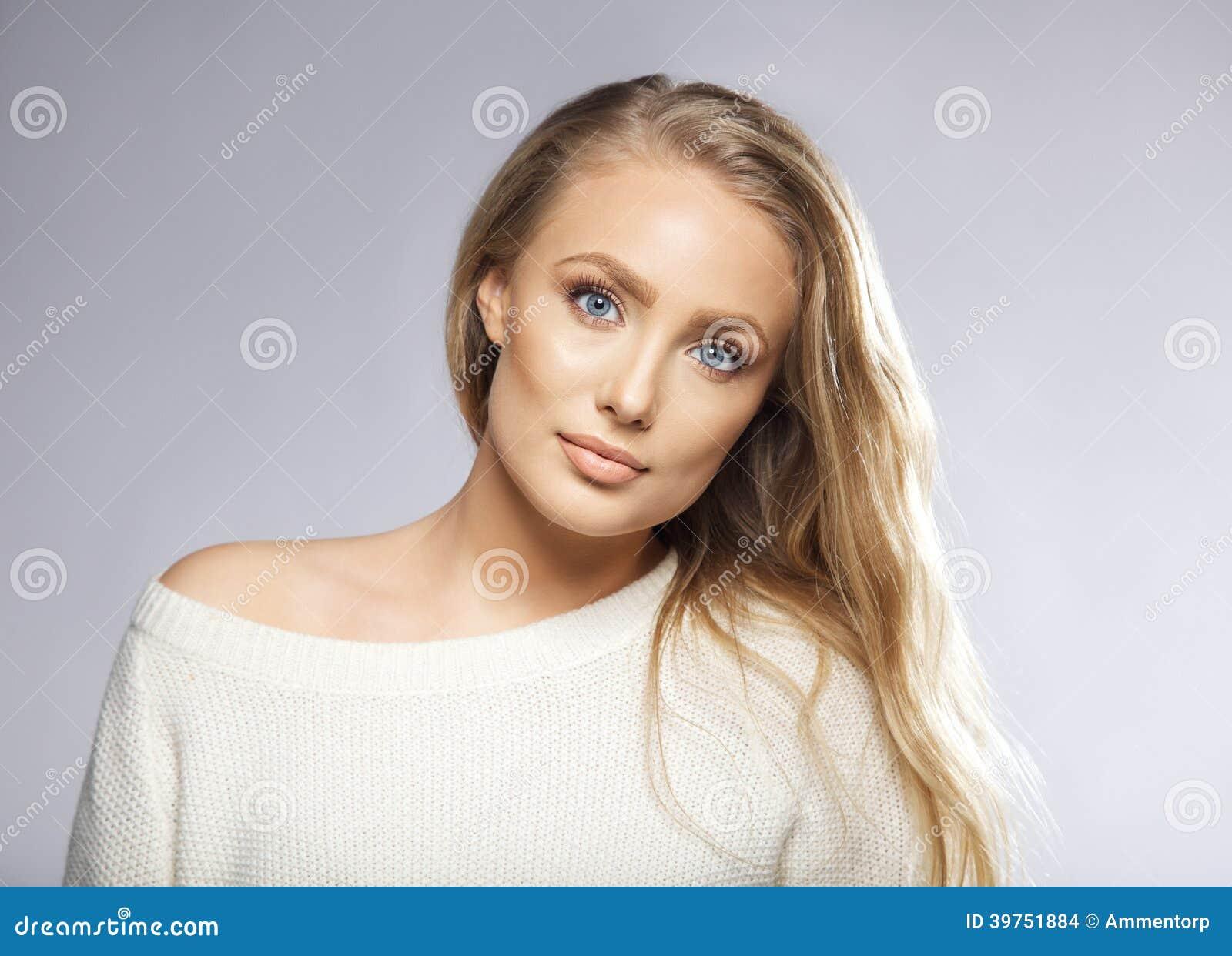 Junge Schonheit Mit Dem Langen Haar Und Den Blauen Augen Stockfoto