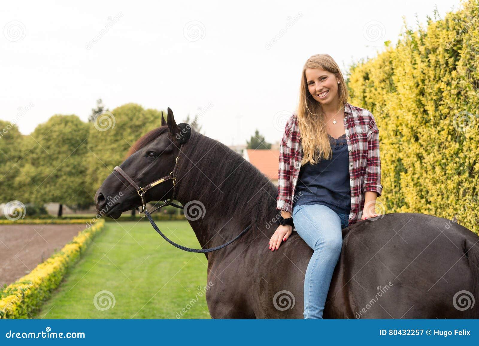 Junge Schönheit mit einem Pferd