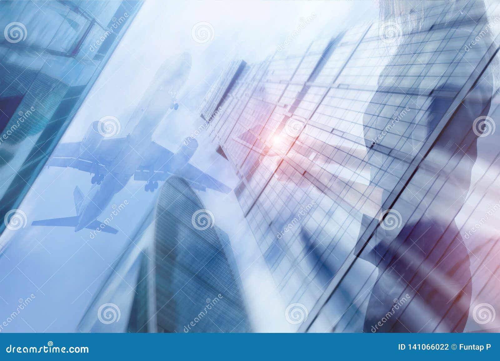 Junge Schönheit mit tragbarer Notenauflage in den Händen genießt AnsichtGeschäftszentrum der Flugzeughintergrund gemischt