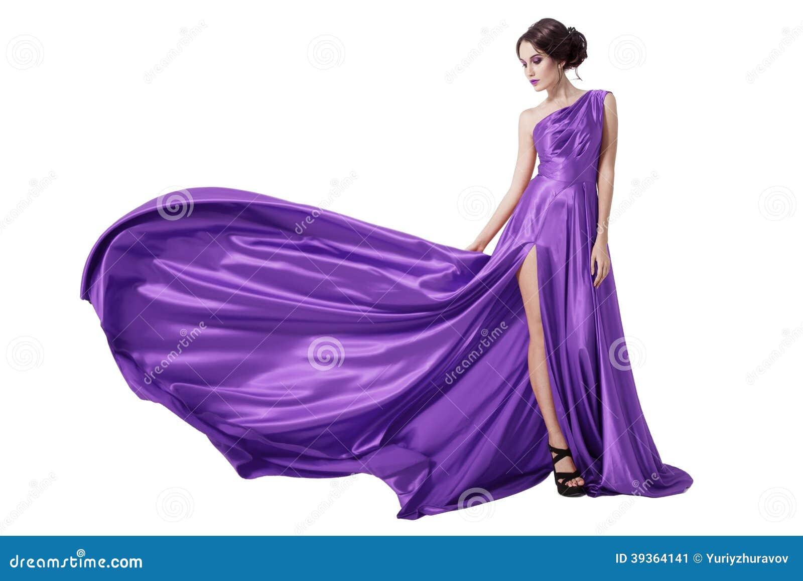 Junge Schönheits-Frau in flatternder Violet Dress. Lokalisiert