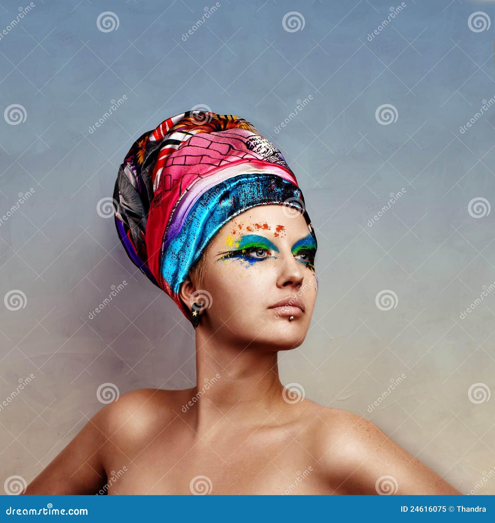 Junge Schönheitsfrau, die kreativen Hut trägt