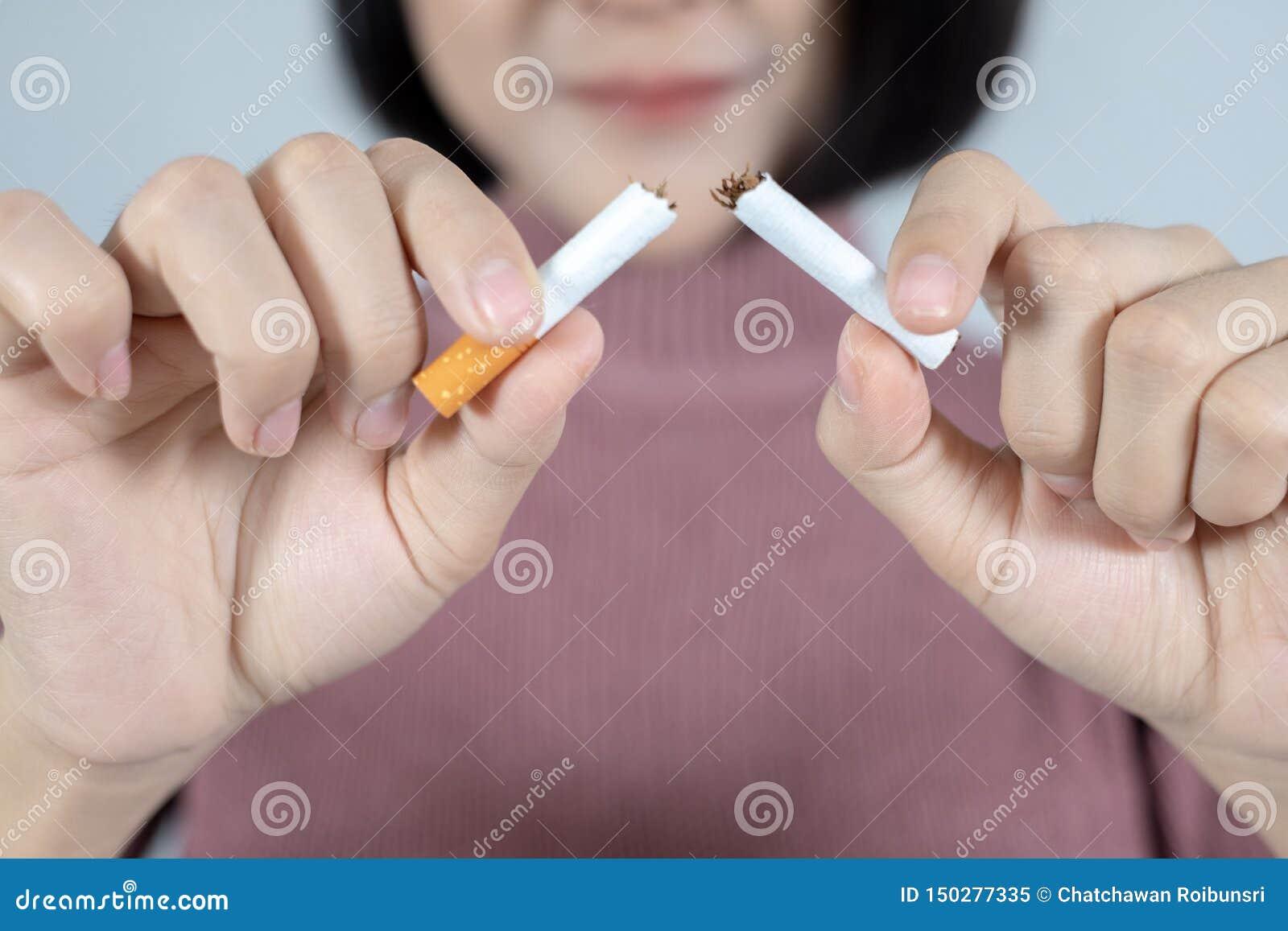 Junge Sch?nheit mit defekter Zigarette Stoppen Sie, Konzept zu rauchen