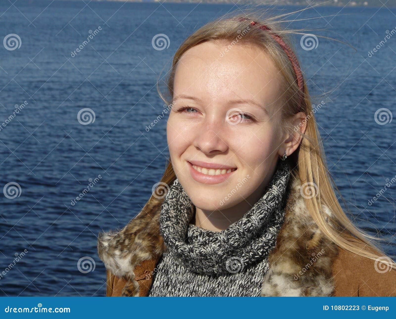 Junge schielende Frau stockbild. Bild von lippe, fluß