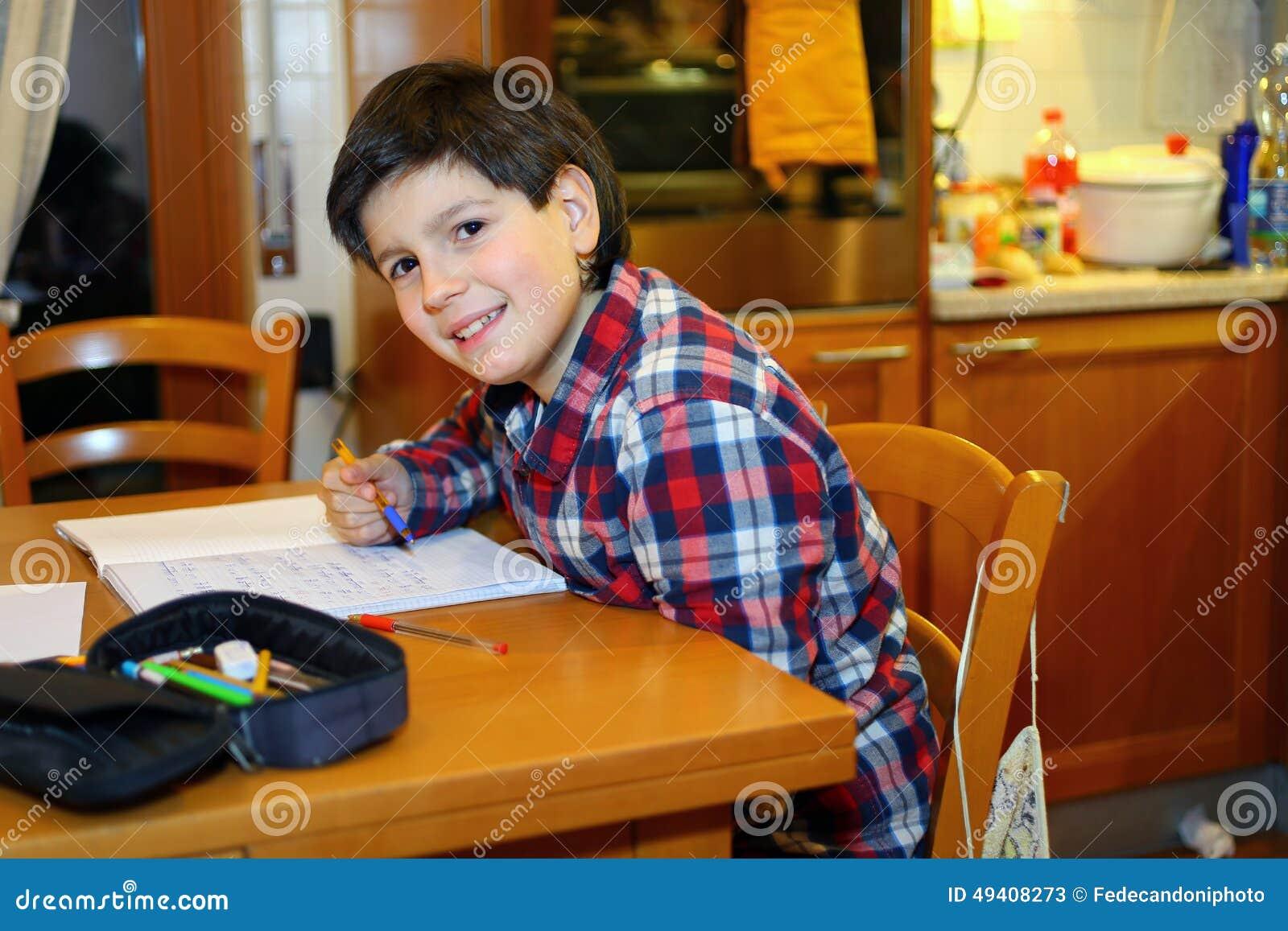Download Junge Schreibt Auf Sein Notizbuch Stockbild - Bild von junge, unter: 49408273