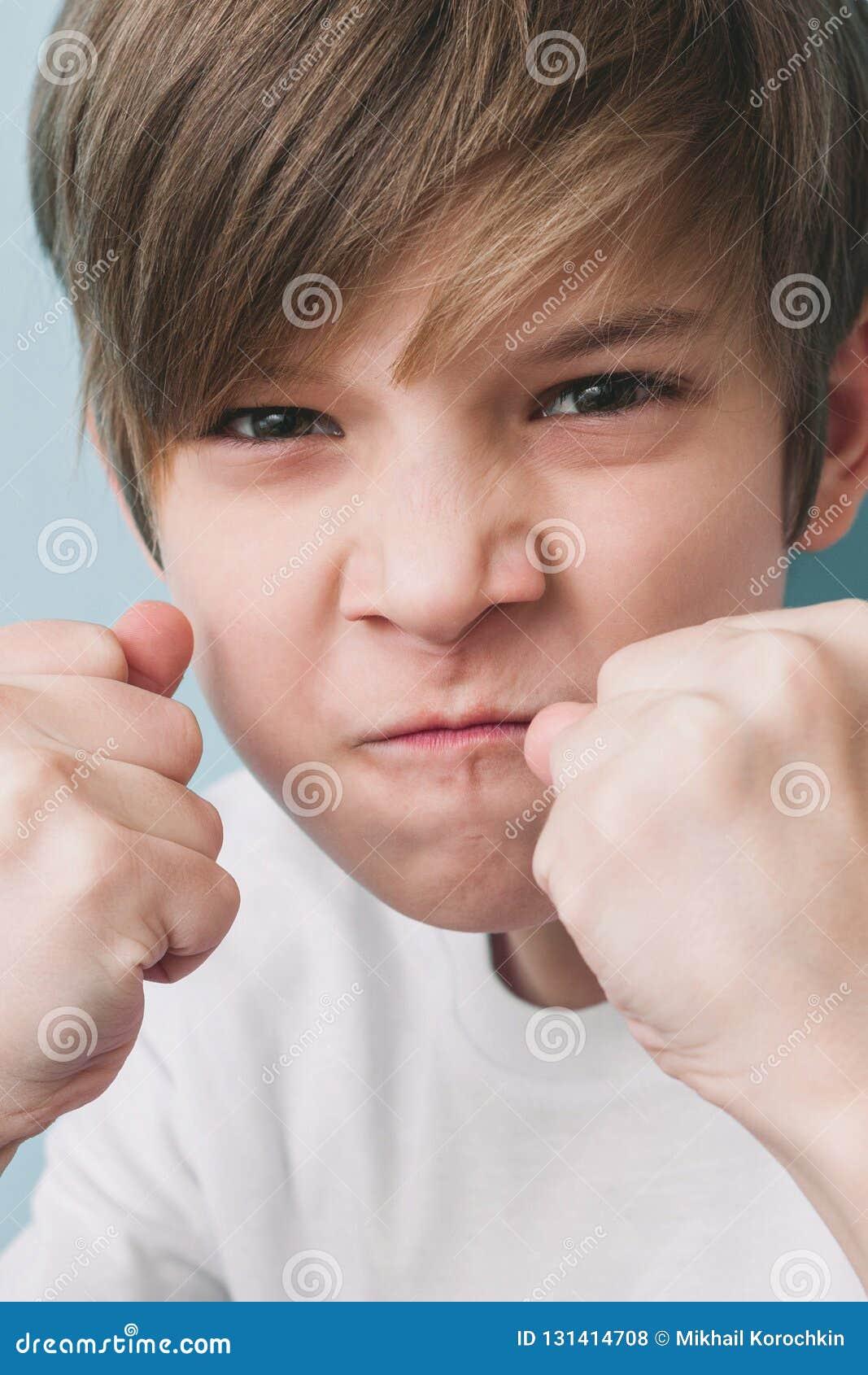 Junge schreit und droht im Scherz mit seinen Fäusten in kämpfender Position
