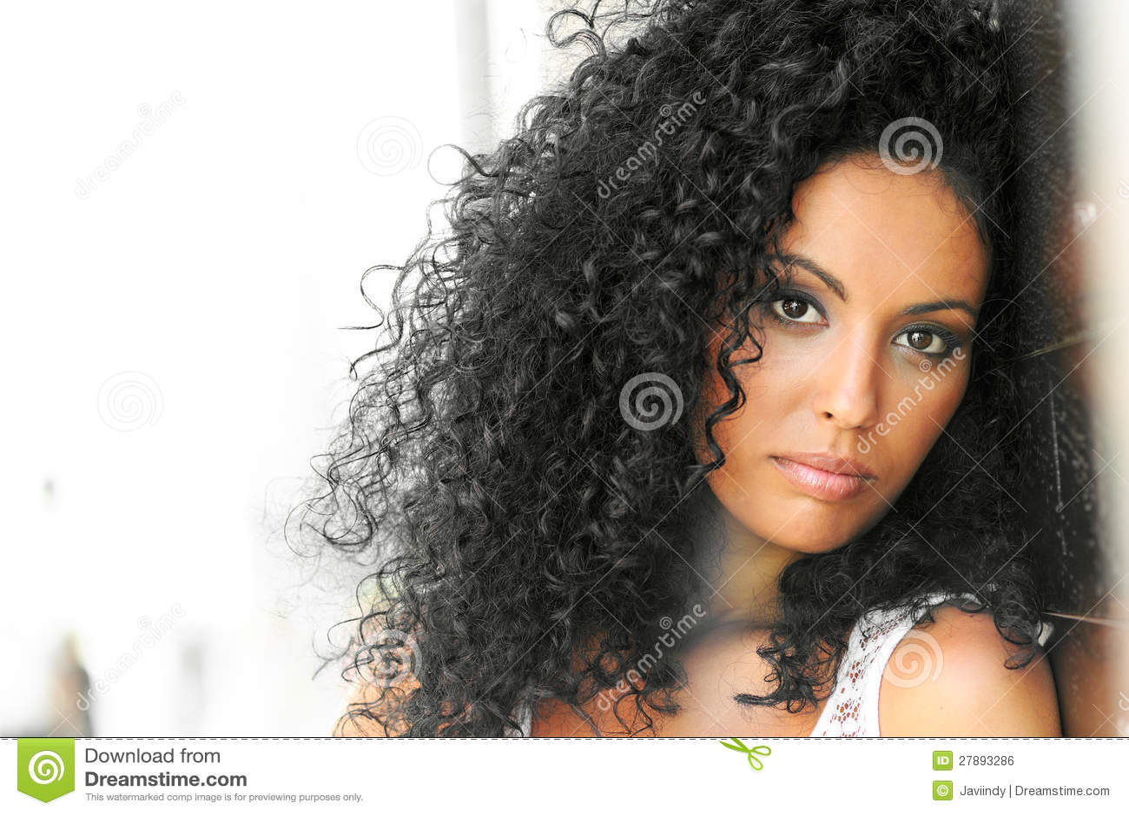Junge schwarze Frau, Afrofrisur
