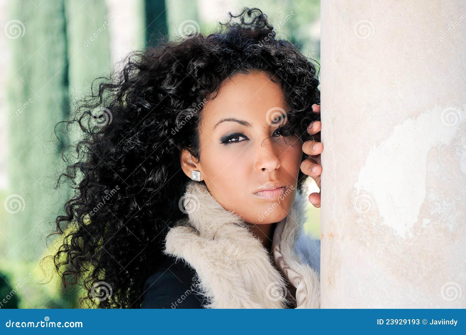 Junge schwarze Frau, Baumuster von Art und Weise