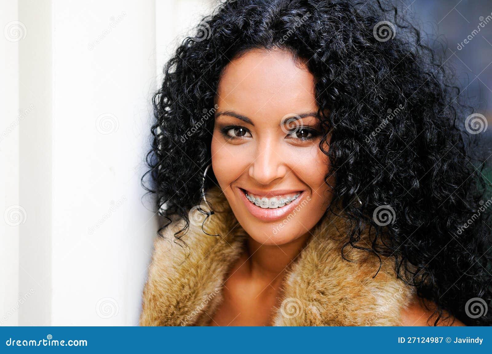 Junge schwarze Frau mit Klammern