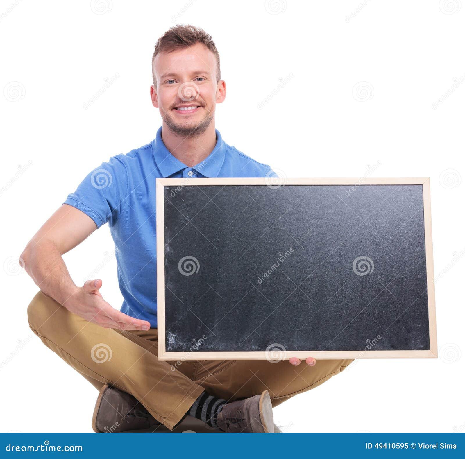 Download Junge Sitzmann Stellt Leere Tafel Dar Stockbild - Bild von zeigen, vorstand: 49410595