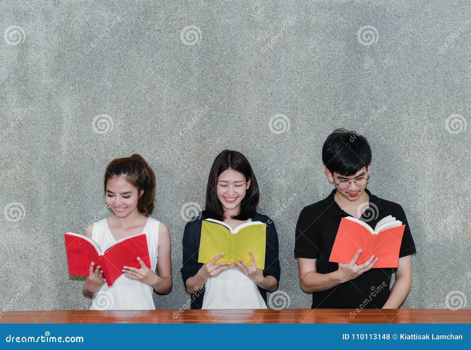 Junge Studentengruppe Lächeln-Lesebuch