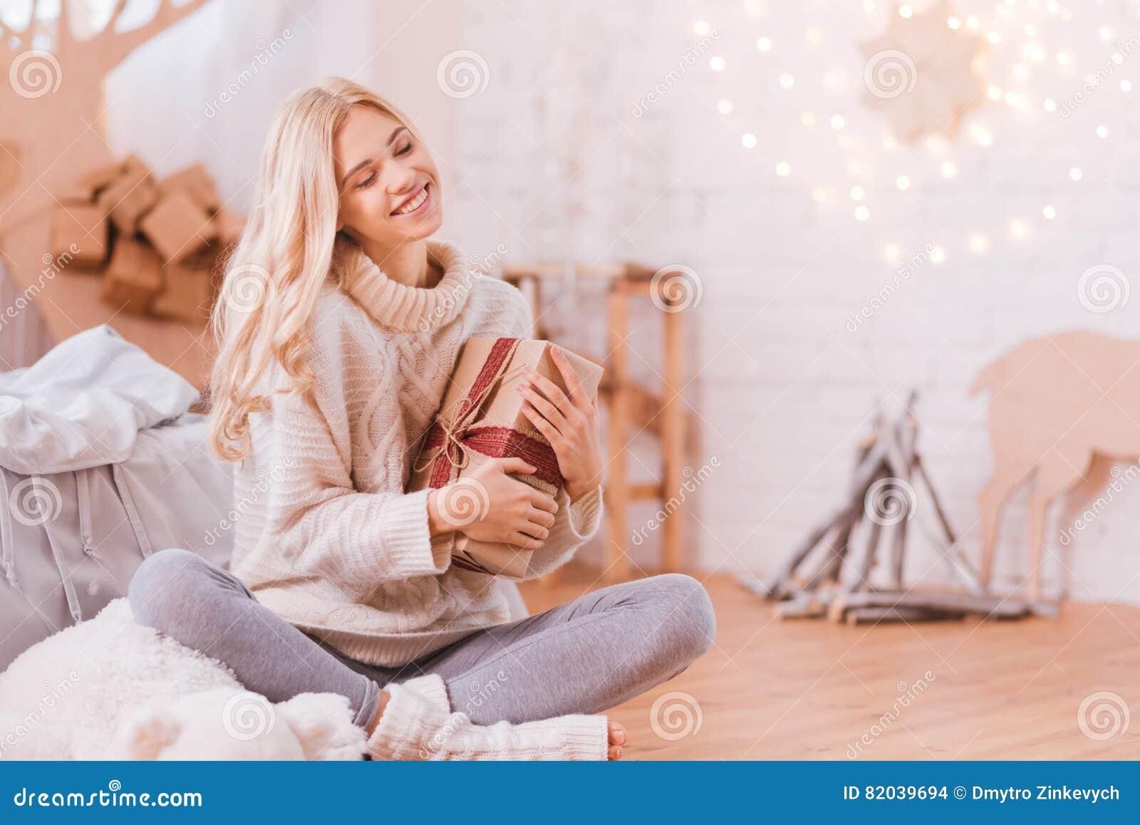 Junge Träumerische Frau, Die Ein Weihnachtsgeschenk In Ihren Händen ...