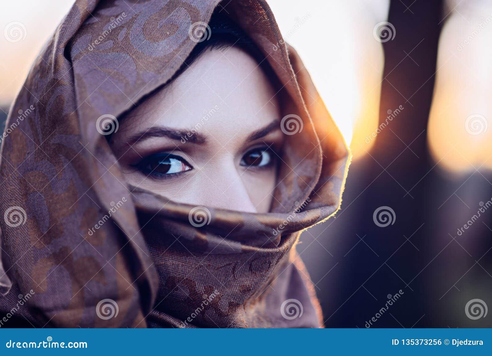 Junge traurige arabische Frau im hijab