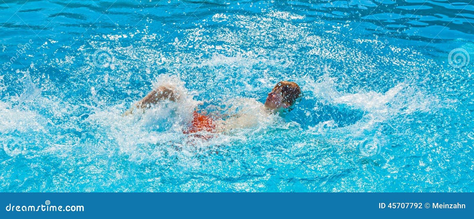 Junge tut das Schleichen im Pool