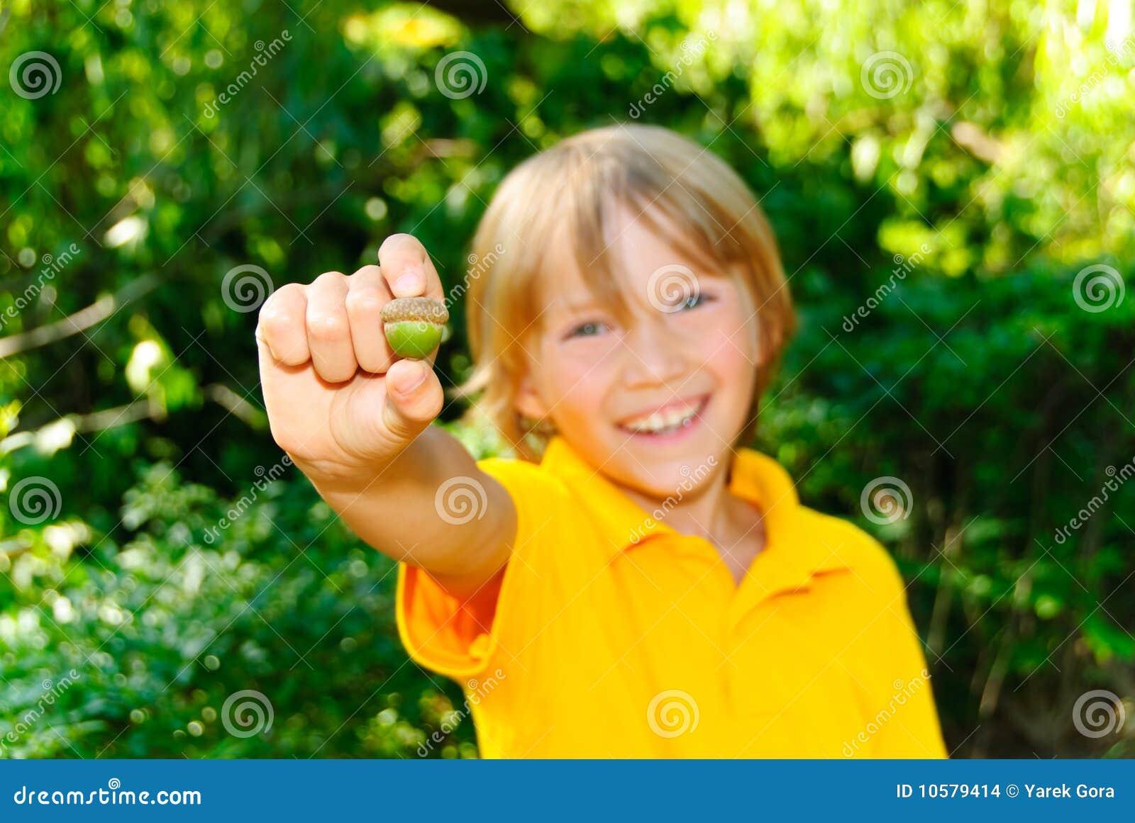 Junge Schlucknutte saugt ihm die Eichel dunkelrot