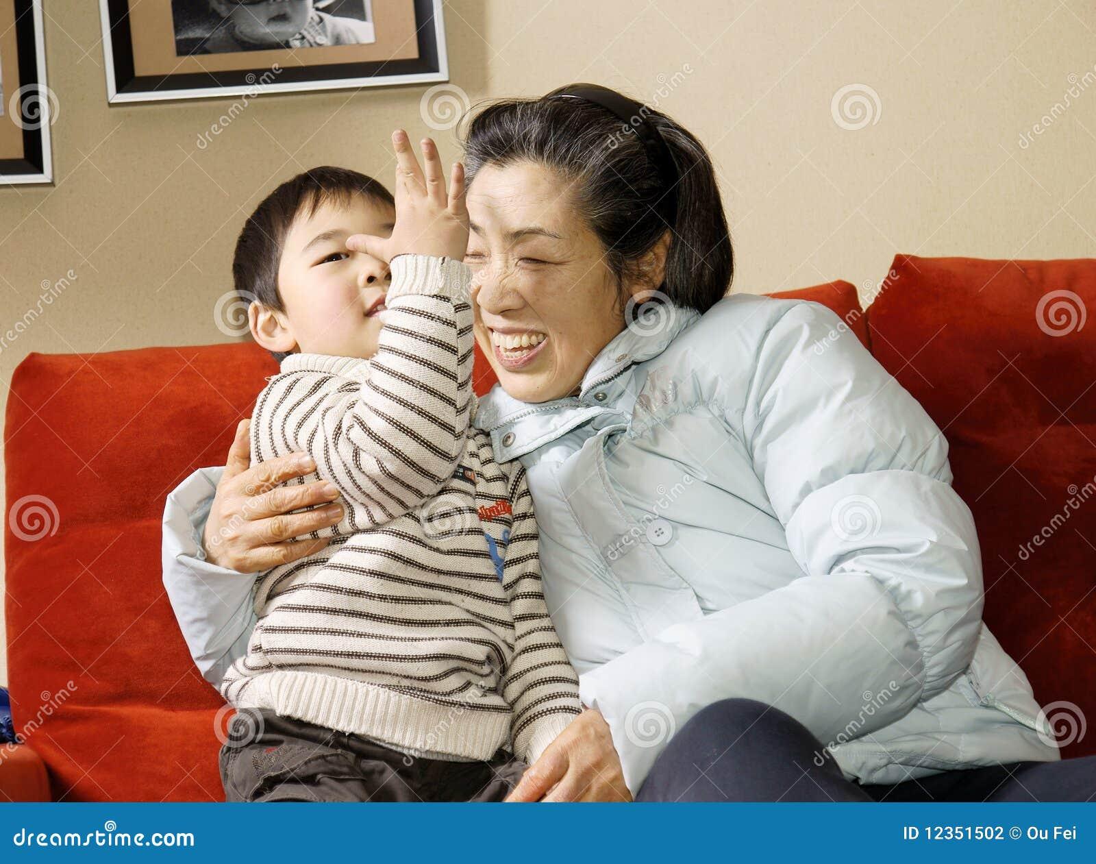 Junge und Großmutter