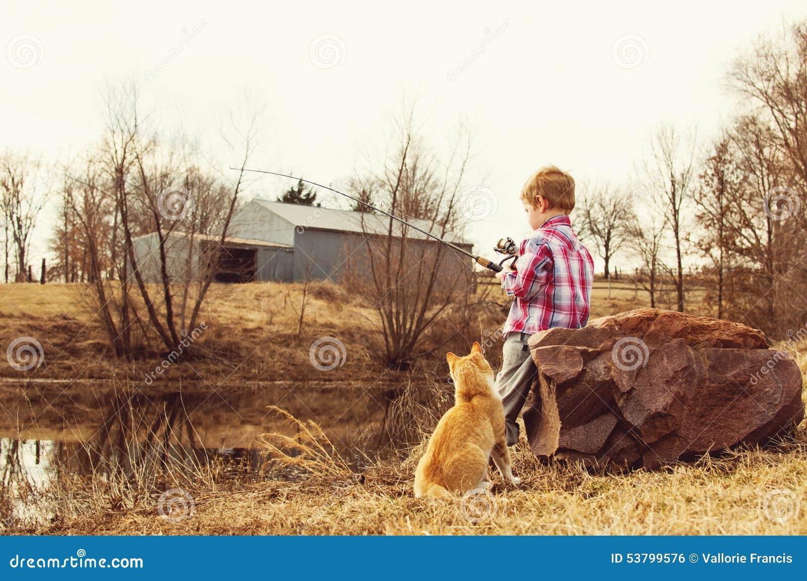Junge und Katze gehen, im Teich catfishing