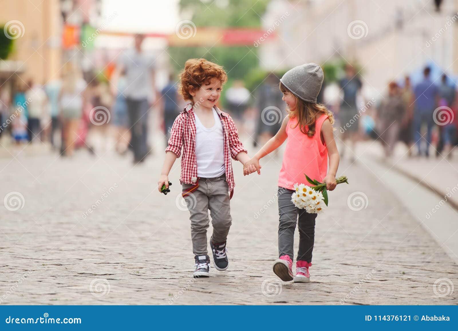 Junge und Mädchen, die auf die Straße gehen