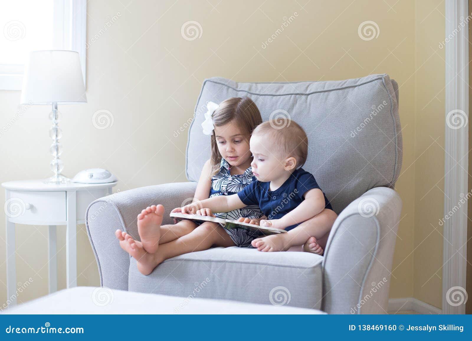 Junge und Mädchen, die ein Buch lesen
